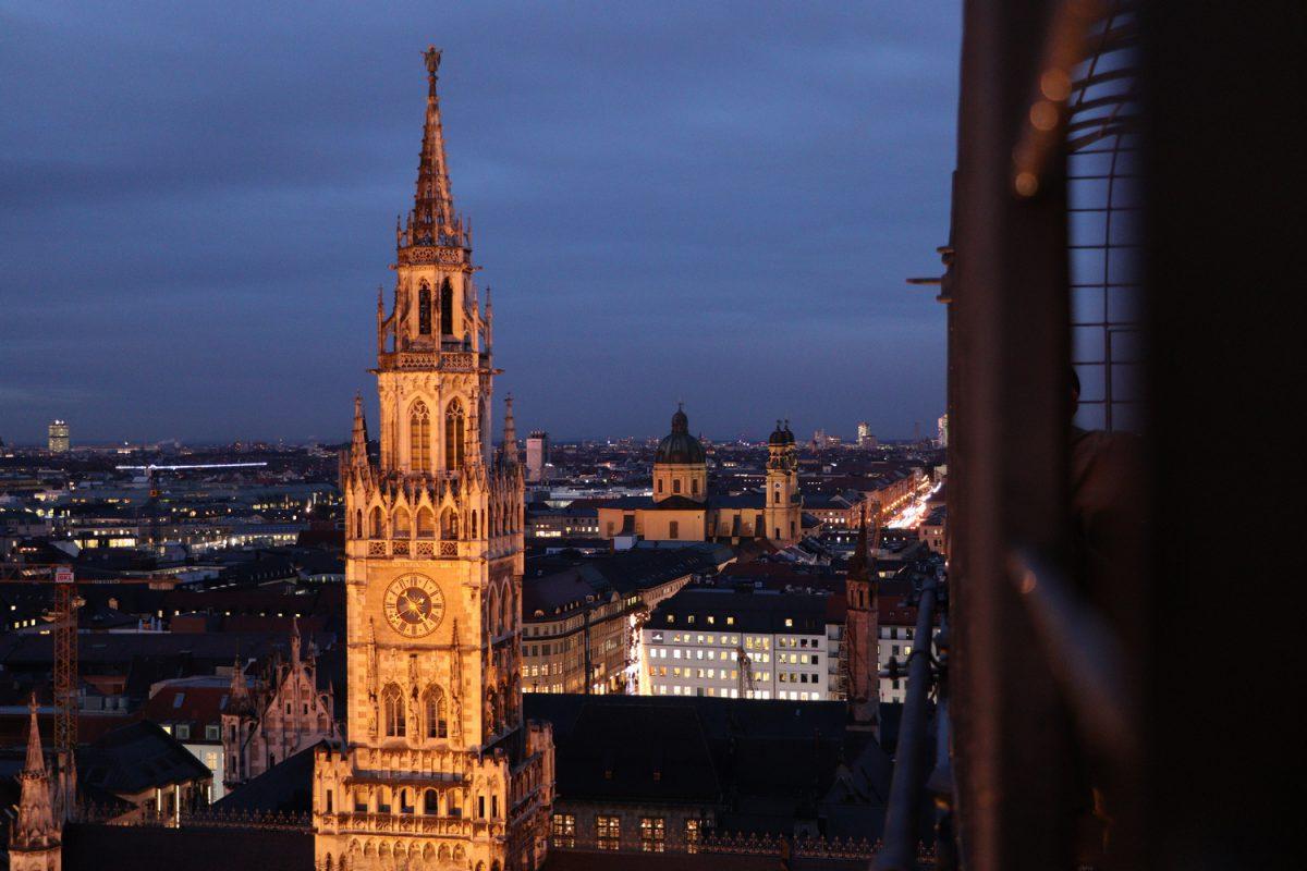 München Ausblick vom Alten Peter auf das Rathaus und die Theatinerkirche zur blauen Stunde Abends