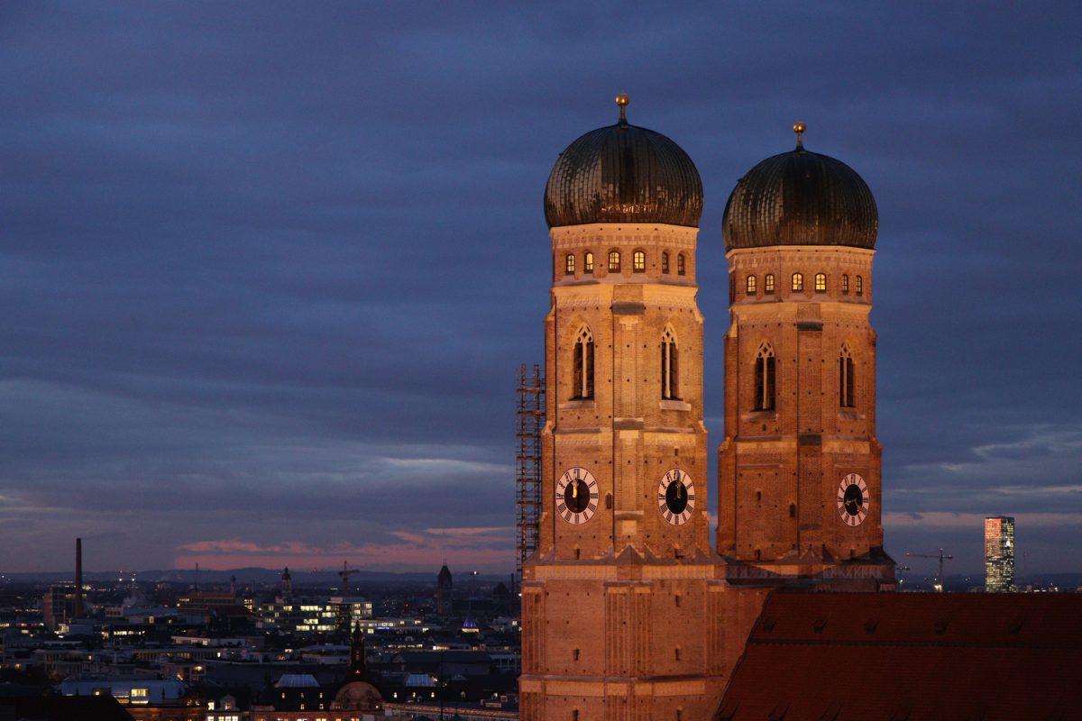 München Blick vom Alten Peter auf die Frauenkirche zur blauen Stunde abends