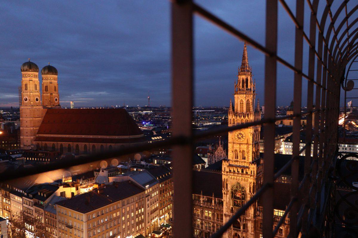 München Ausblick vom Alten Peter auf die Frauenkirche und das Rathaus zur blauen Stunde abends