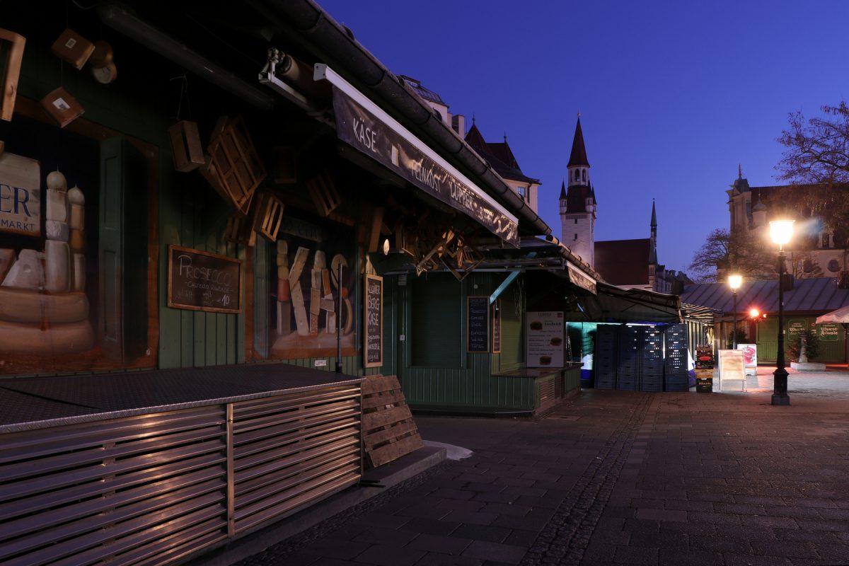 Der Viktualienmarkt in München zur Blauen Stunde am frühen Morgen