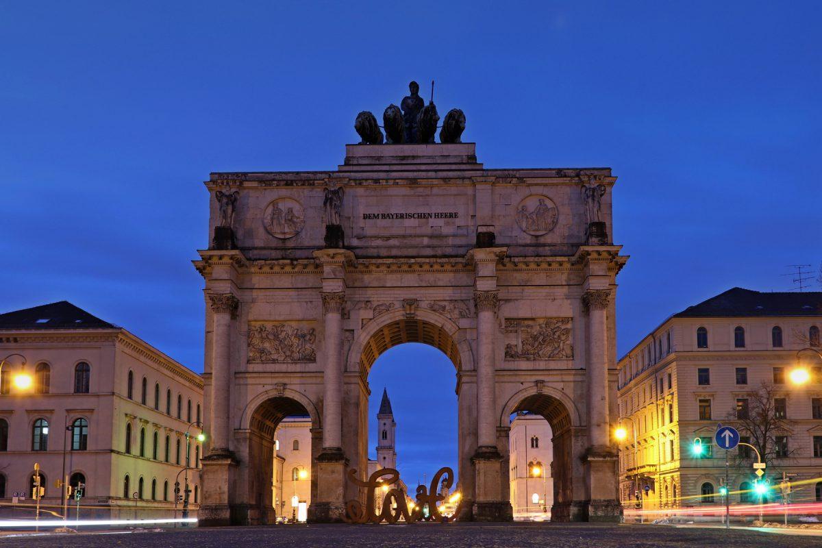 München Siegestor zur Blauen Stunde morgens Langzeitbelichtung