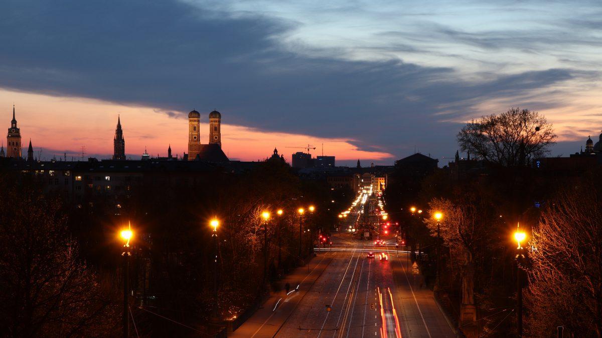 München Blick vom Maximilianeum zwischen Sonnenuntergang und blauer Stunde Langzeitbelichtung
