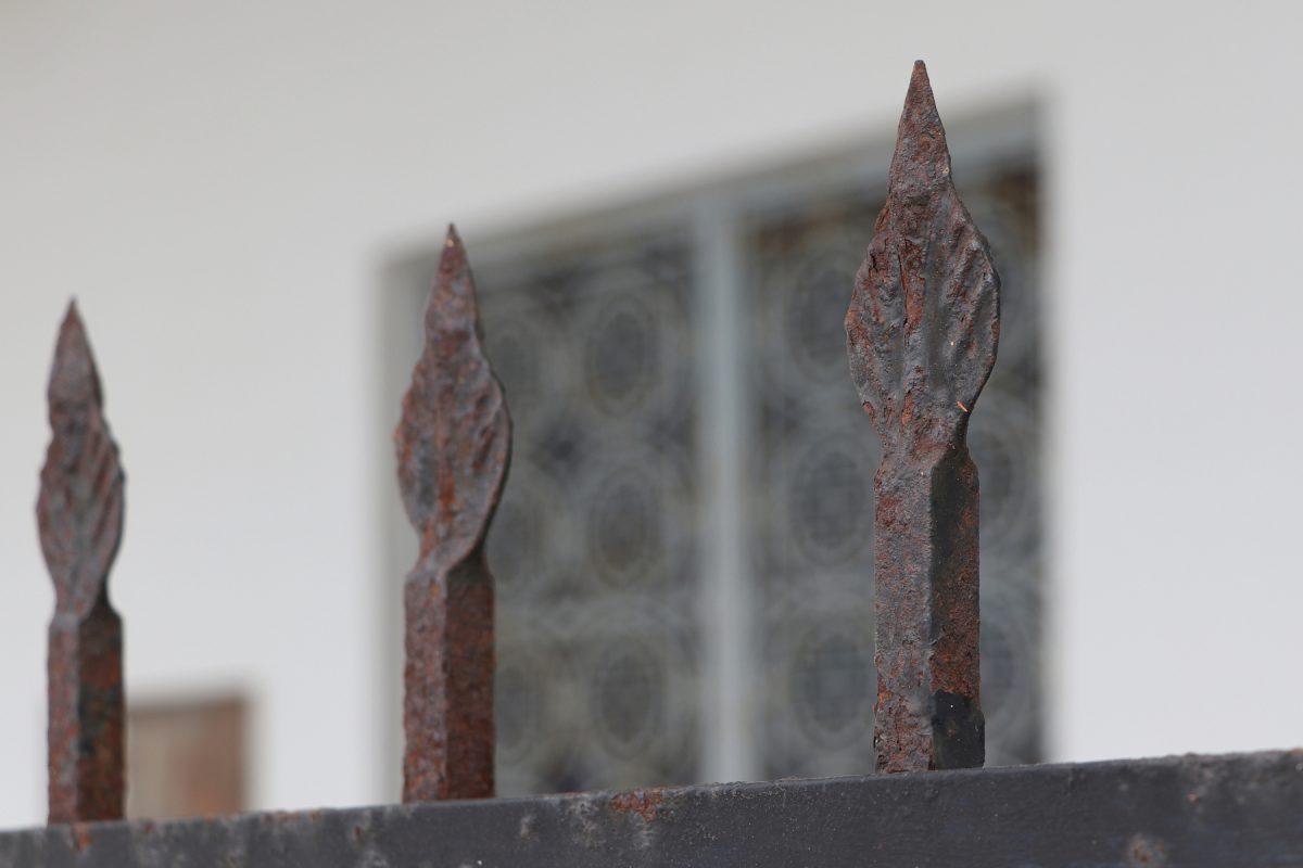 Santorin Details an einer Kirchenfassade in Fira