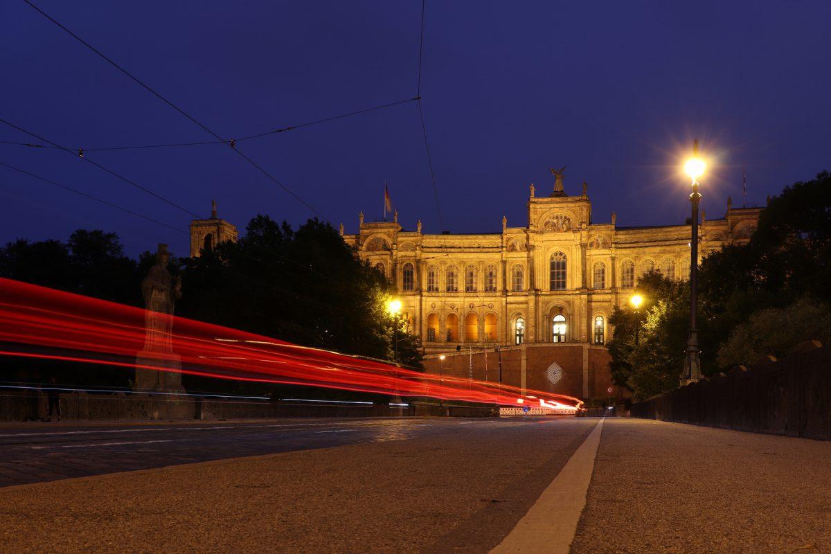 München Maximilianeum zur Blauen Stunde Langzeitbelichtung