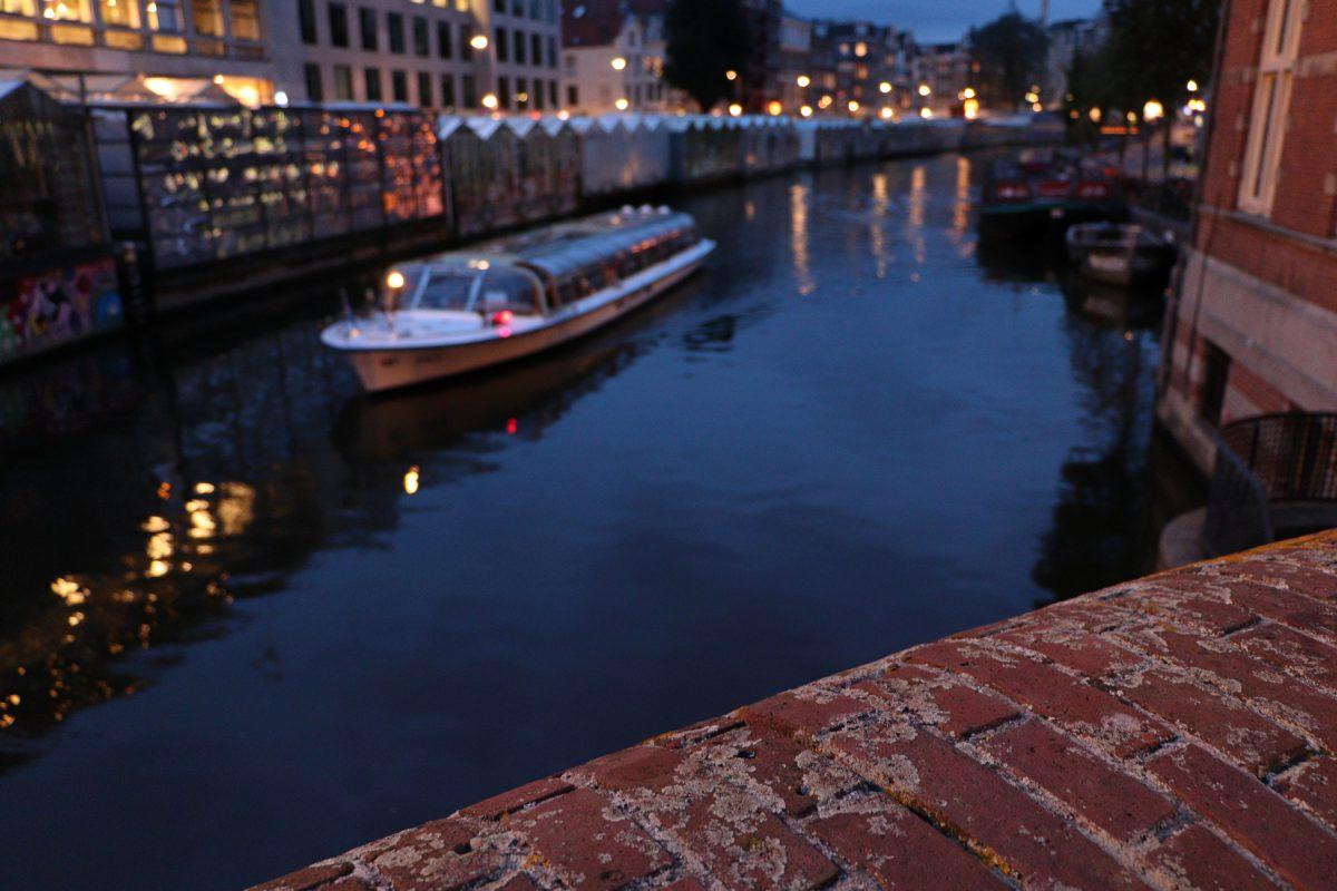 Amsterdam Singel-Gracht mit Boot zur Blauen Stunde
