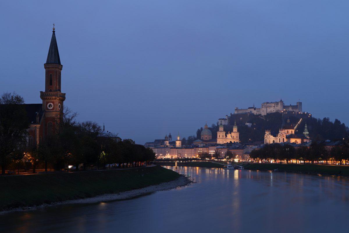 Salzburg Blick auf die Skyline vom Müllner Steg zur Blauen Stunde