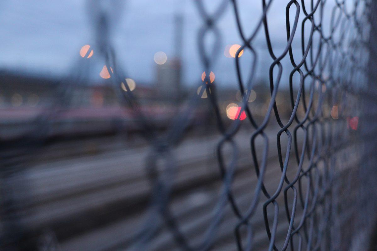 München Zaun entlang der Gleisanlagen am Hauptbahnhof zur Dämmerung