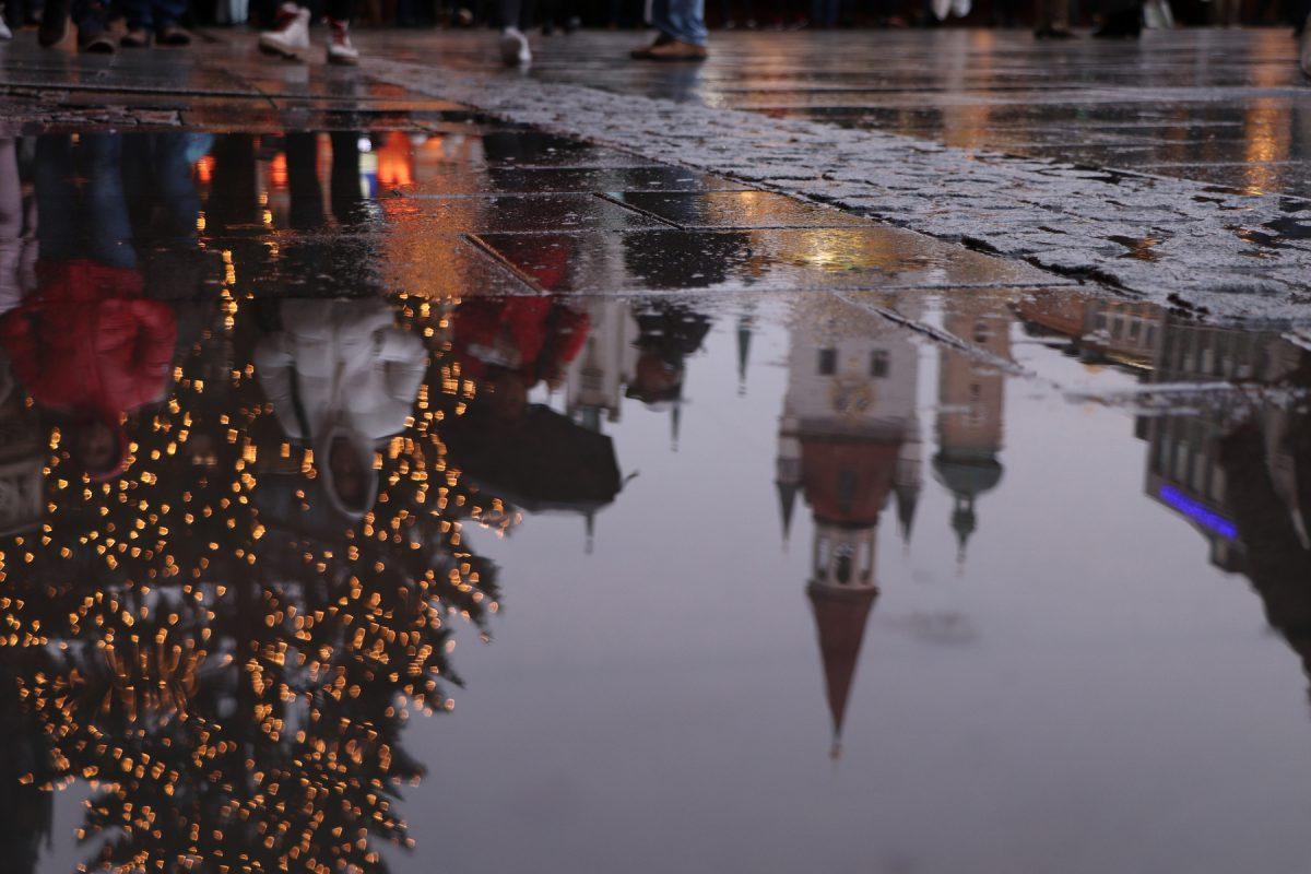 München Marienplatz zur Weihnachtszeit Spiegelung in Pfütze