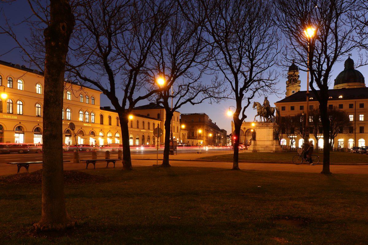 München Ludwigstraße und Odeonsplatz zur Blauen Stunde Langzeitbelichtung