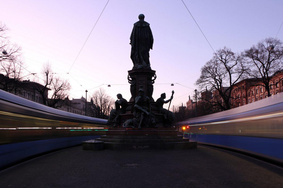 München Maxmonument am Abend Trambahnen Langzeitbelichtung