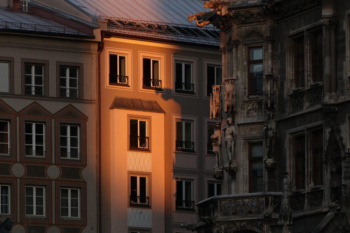 München Häuserfassade am Marienplatz im Morgenlicht