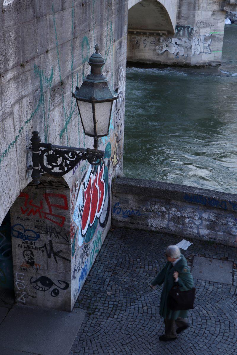 Unter der Ludwigsbrücke an der Isar in München