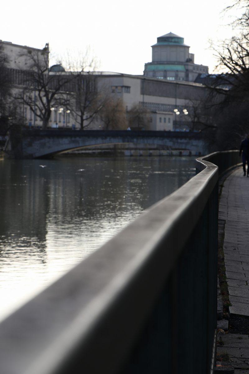 Entlang der Isar mit Blick auf das Deutsche Museum in München