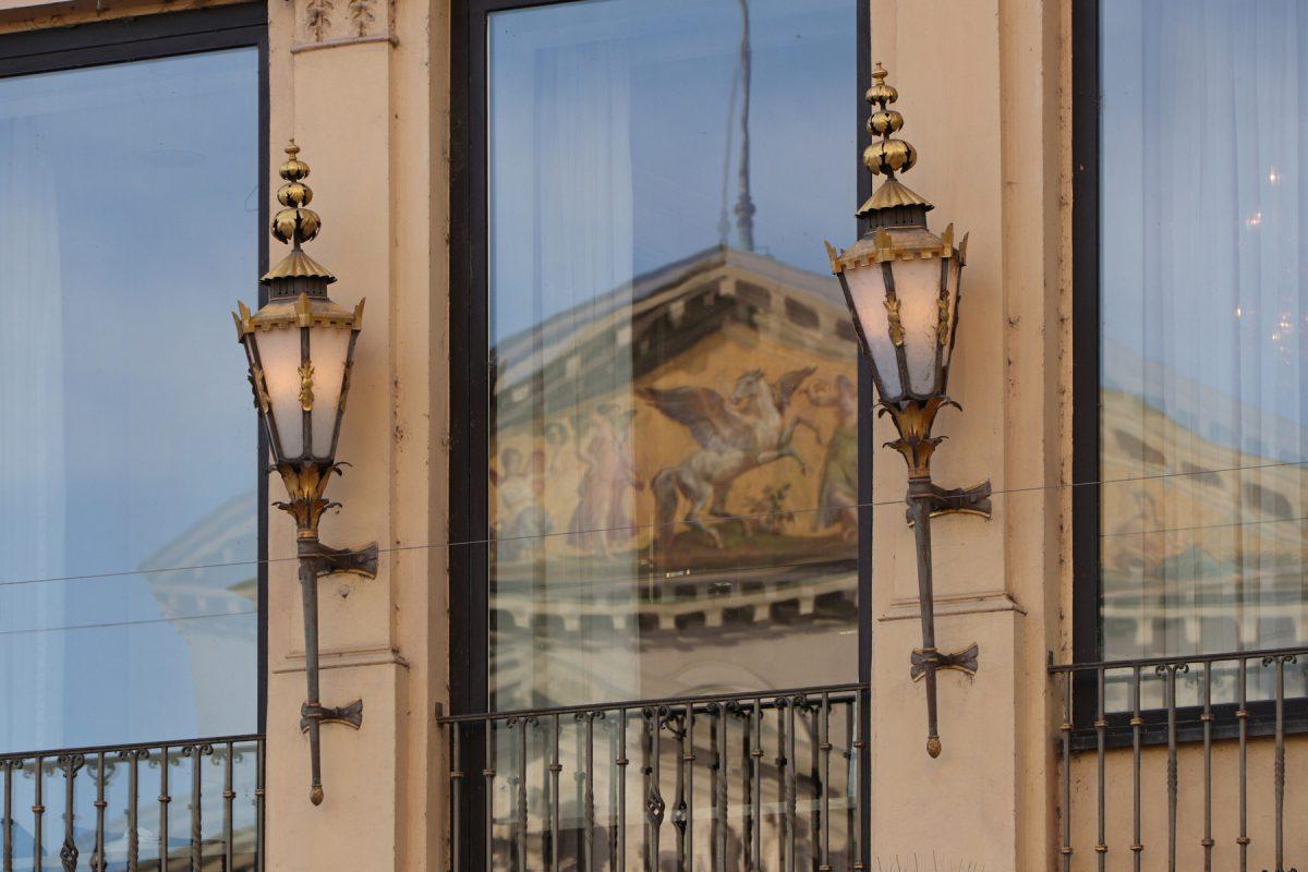 Laternen an einer Fassade auf dem Max-Joseph-Platz in München