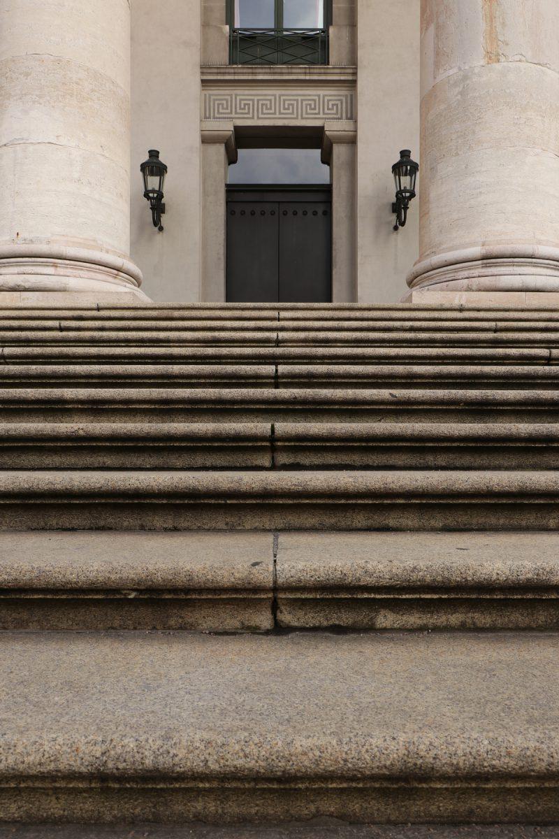 Treppe zum Portikus der Oper am Max-Joseph-Platz in München