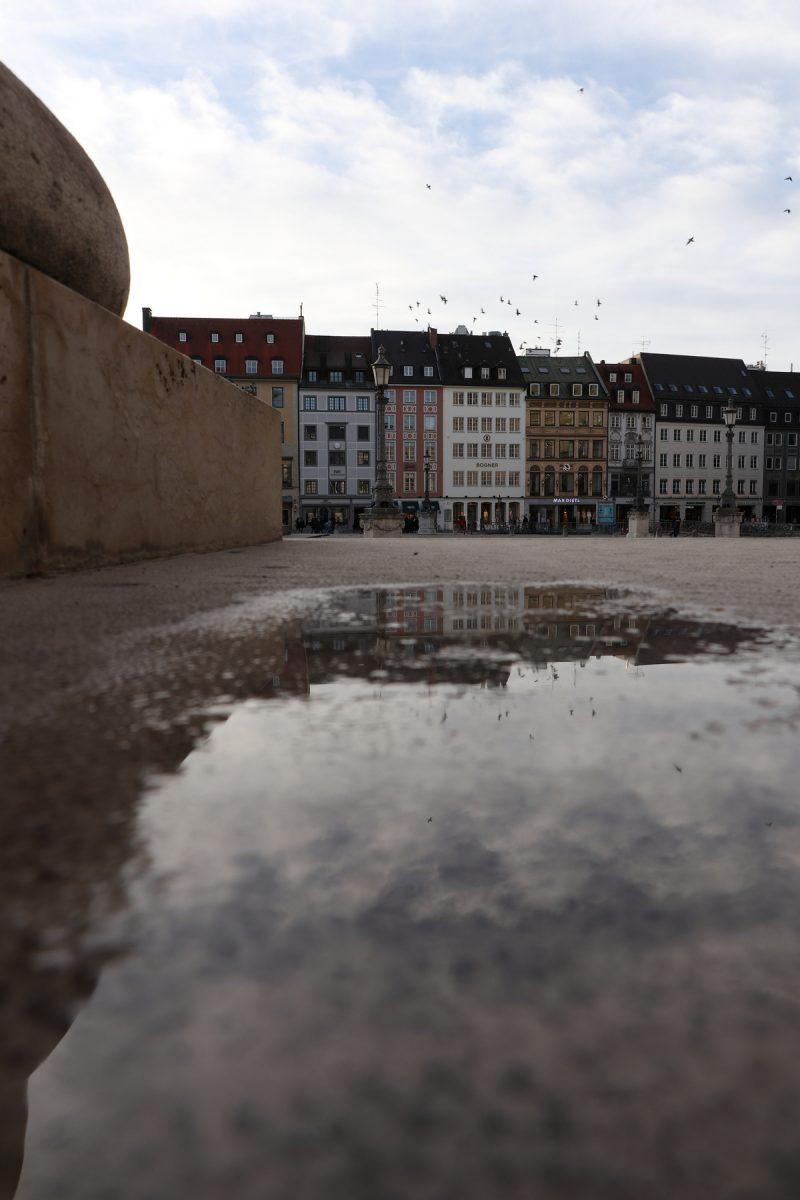 Häuser am Max-Joseph-Platz in der Pfütze gespiegelt München