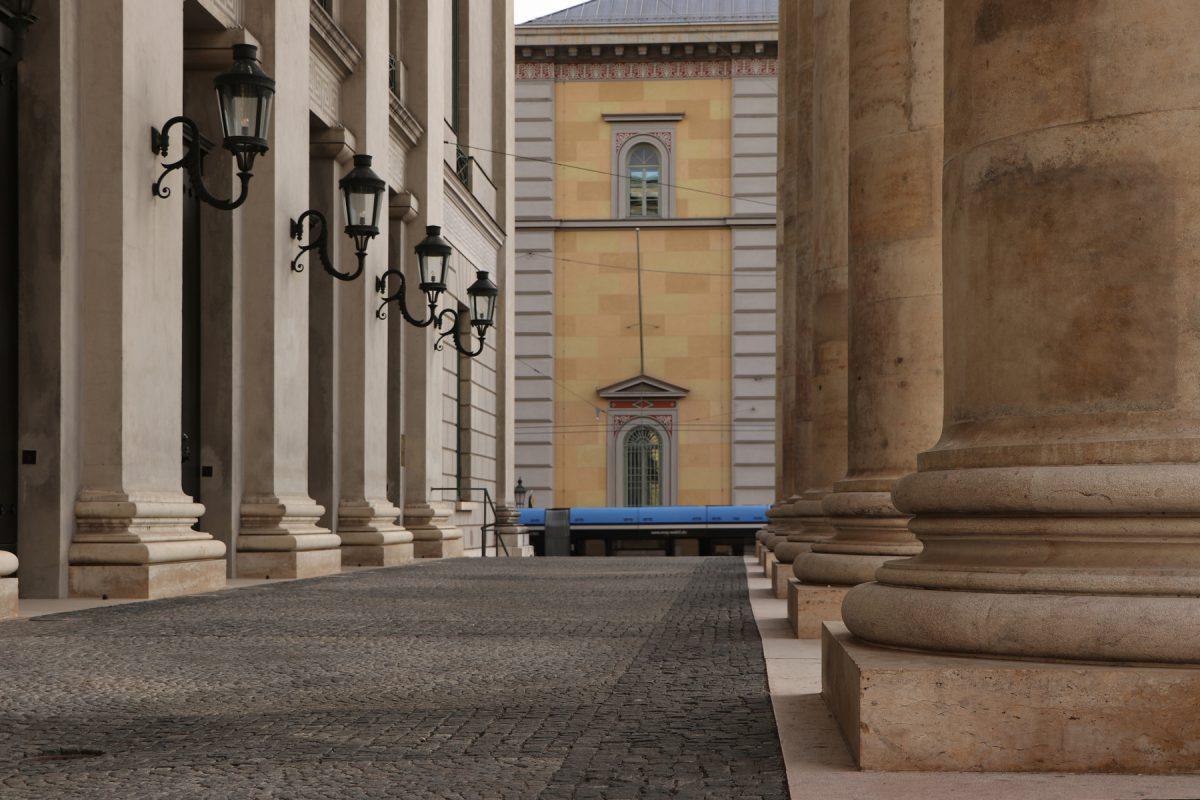 Portikus der Oper am Max-Joseph-Platz in München