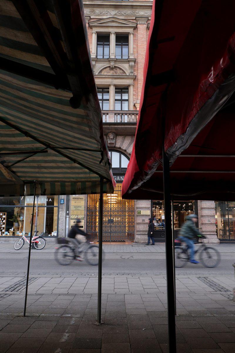 Zwischen den Marktständen am Viktualienmarkt in München