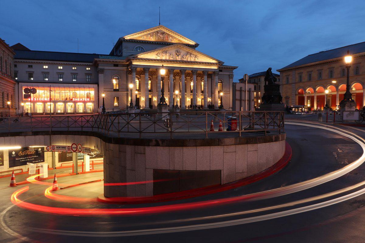 Die Tiefgarageneinfahrt auf dem Max-Joseph-Platz vor der Oper in München zur Blauen Stunde Langzeitbelichtung