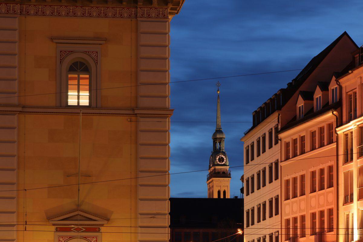 Blick vom Max-Joseph-Platz auf den Alten Peter in München zur Blauen Stunde