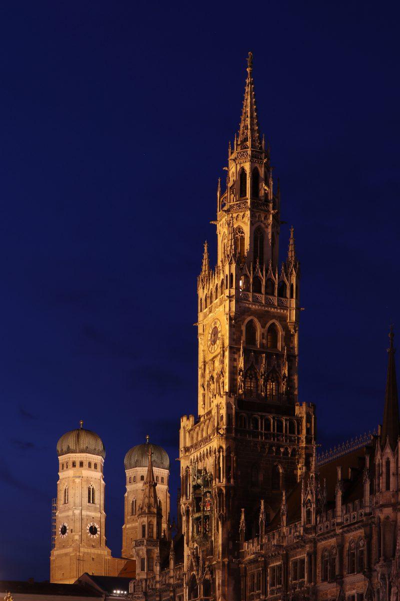 Das Neue Rathaus und die Frauenkirche in München zur Blauen Stunde