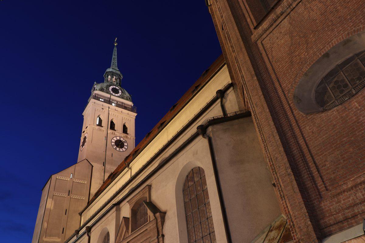 Der Alte Peter in München zur Blauen Stunde Abends