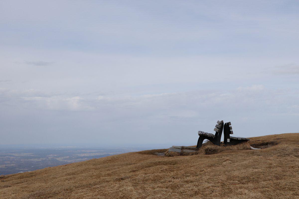 Bänke mit Blick auf das Tal auf dem Brauneck Lenggries