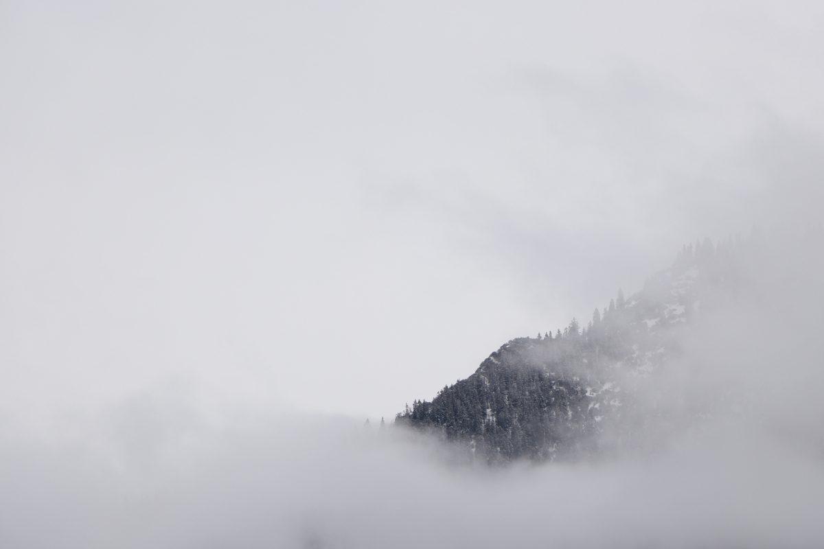 Wolkenverhangene Berge am Sylvenstein-Stausee