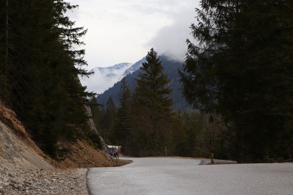 Straße entlang der Isar zwischen Vorderriss und Wallgau