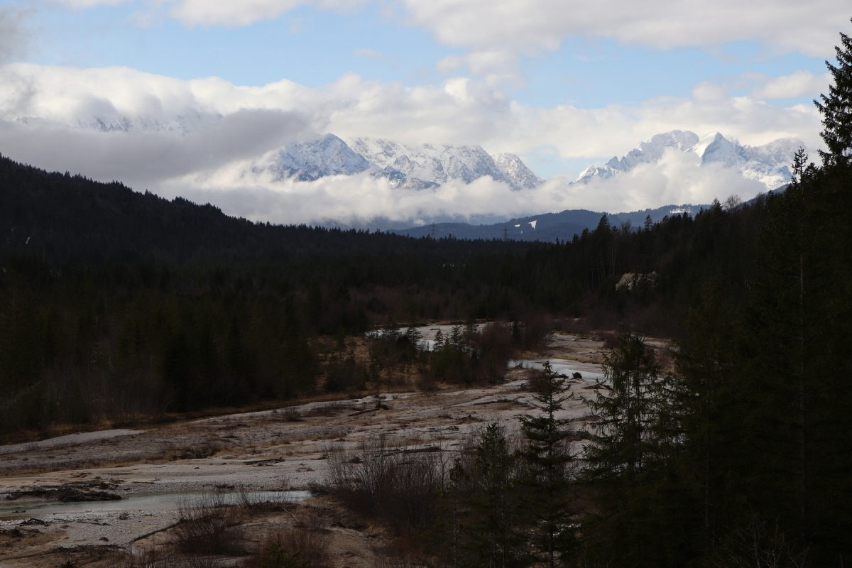 Blick über die Isar und die Berge zwischen Vorderriss und Wallgau