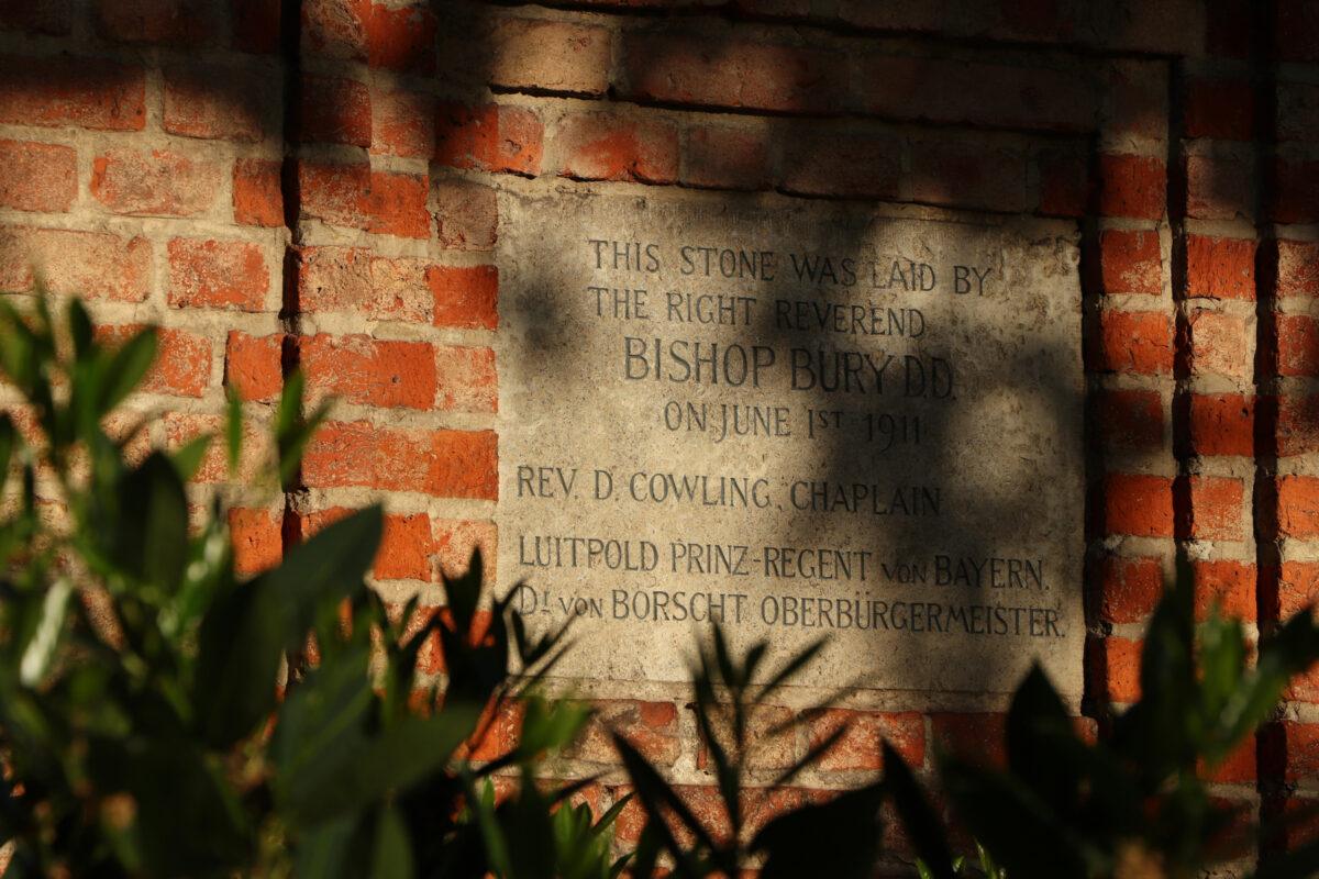 Inschrift Tafel an der Kirche St. Willibrord in München