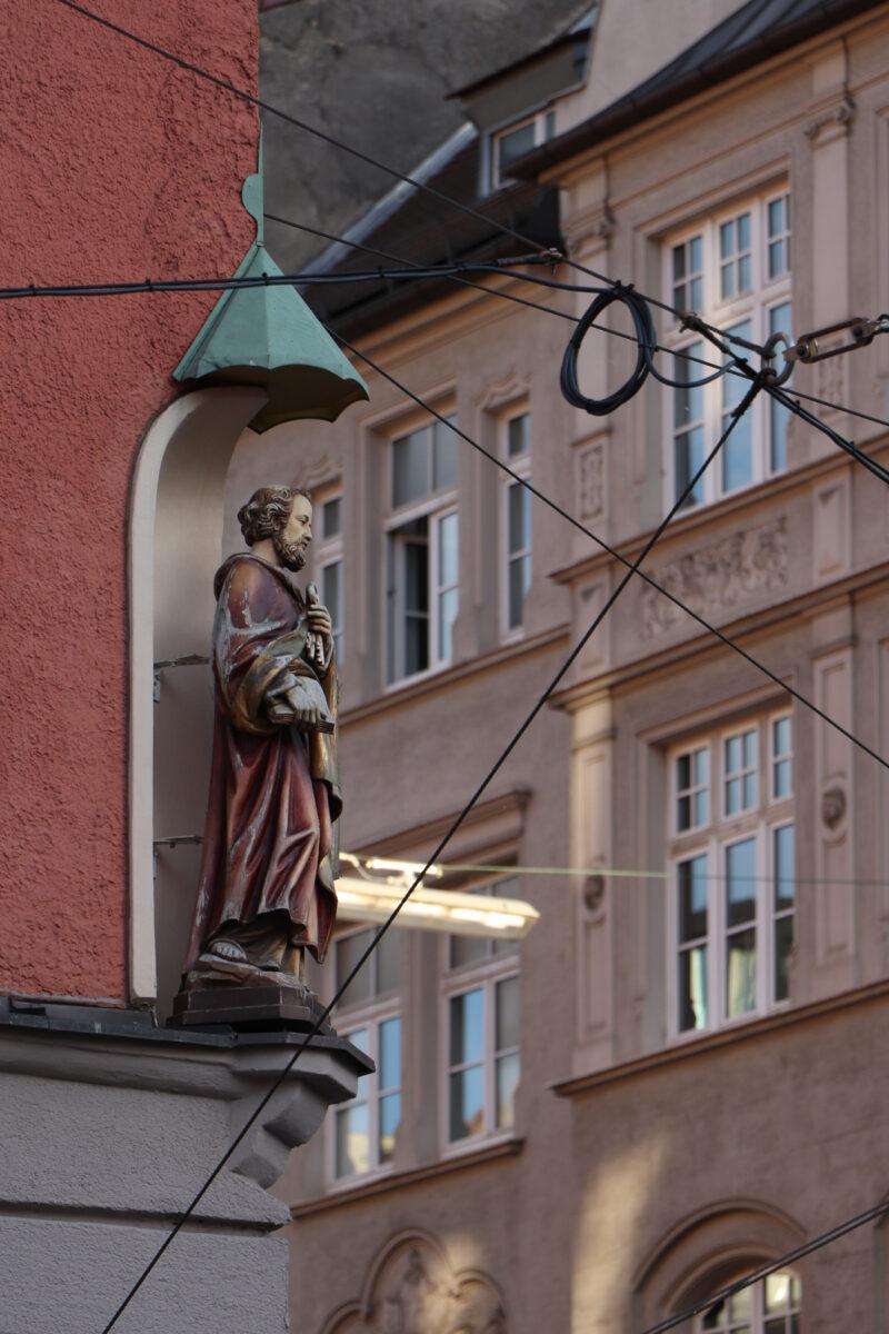 Heiligenfigur an der Kreuzung Müllerstraße Frauenhoferstraße in München