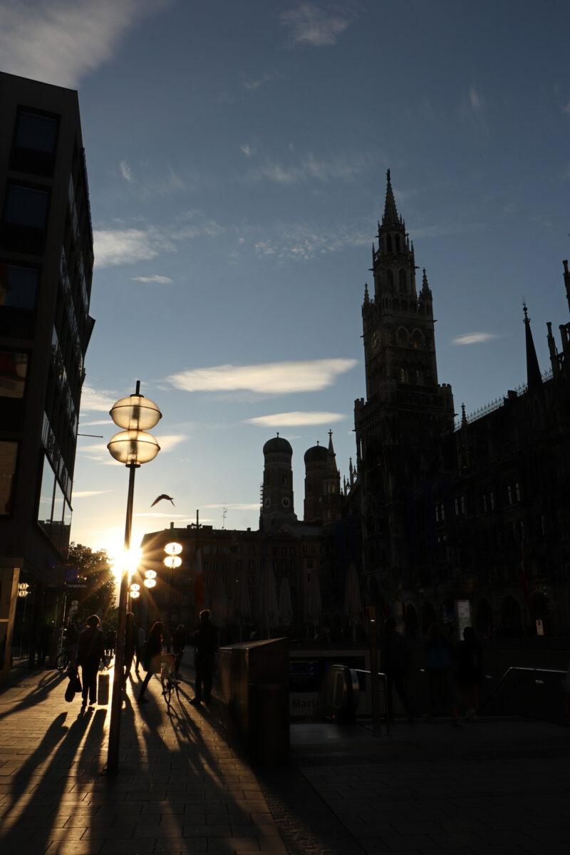 München Marienplatz Gegenlicht Sonnenuntergang
