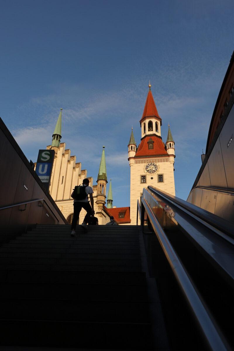 Marienplatz Altes Rathaus in der Abendsonne in München