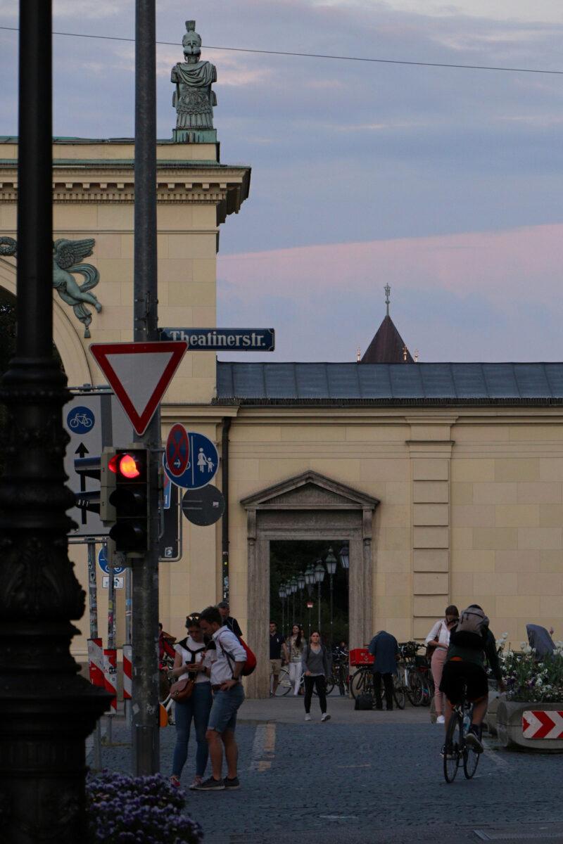 Eingang zum Hofgarten am Odeonsplatz in München im Sonnenuntergang