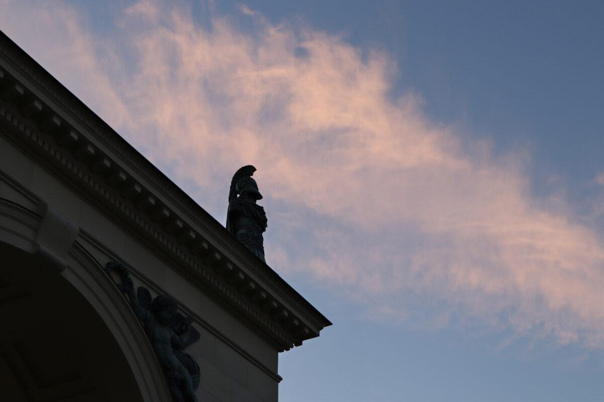 Statue auf dem Eingangstor zum Hofgarten in München
