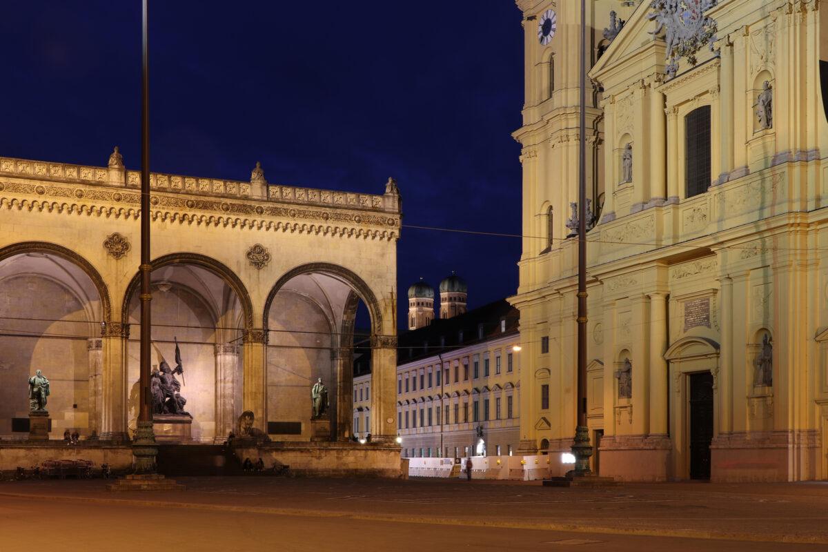 Die Feldherrnhalle und Theatinerkirche am Odeonsplatz mit Blick auf die Frauenkirche zur Blauen Stunde