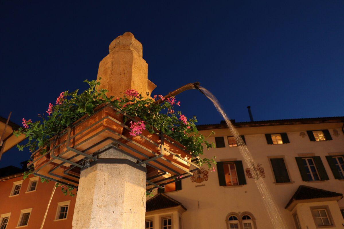 Brunnen in Eppan in Südtirol zur Blauen Stunde