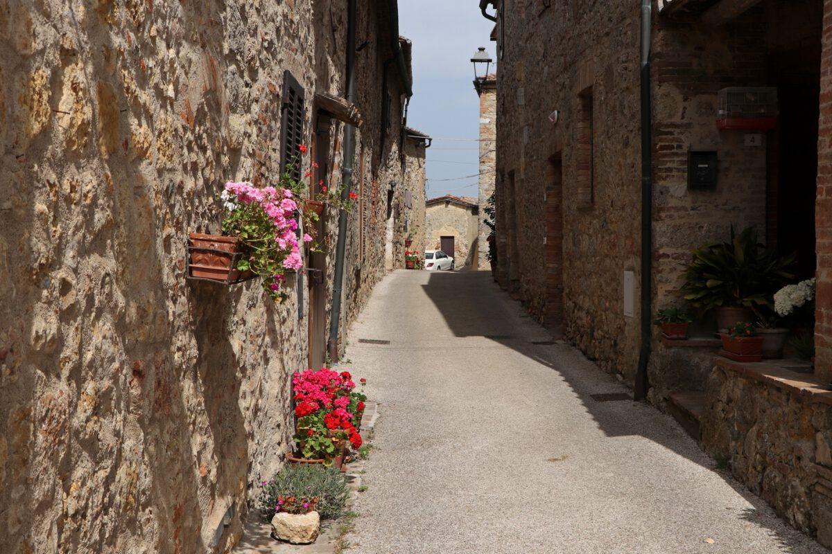 Gasse in Mensano in der Toskana