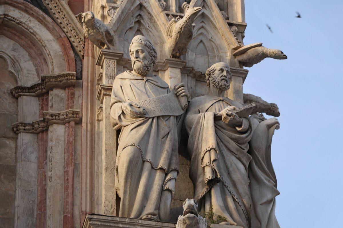 Statuen an der Fassade des Doms von Siena in der Toskana