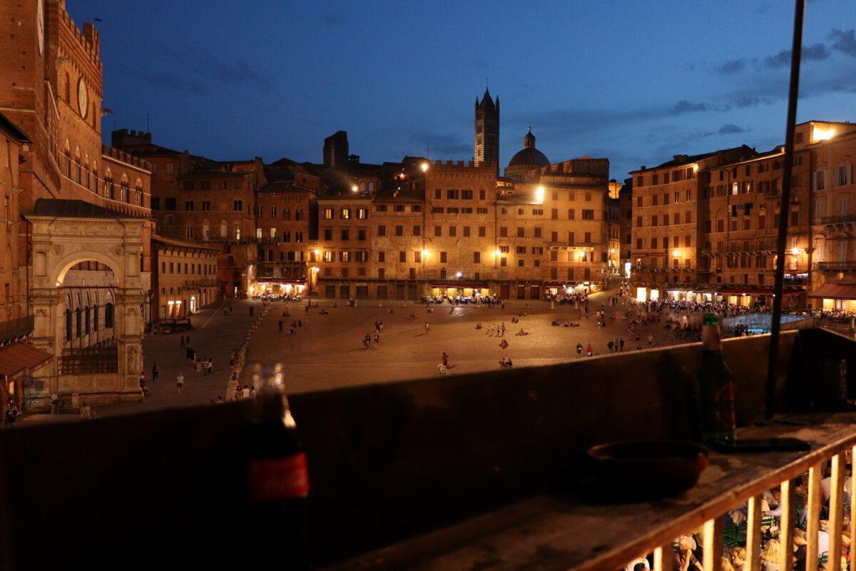 Bar auf der Piazza del Campo in Siena zur Blauen Stunde