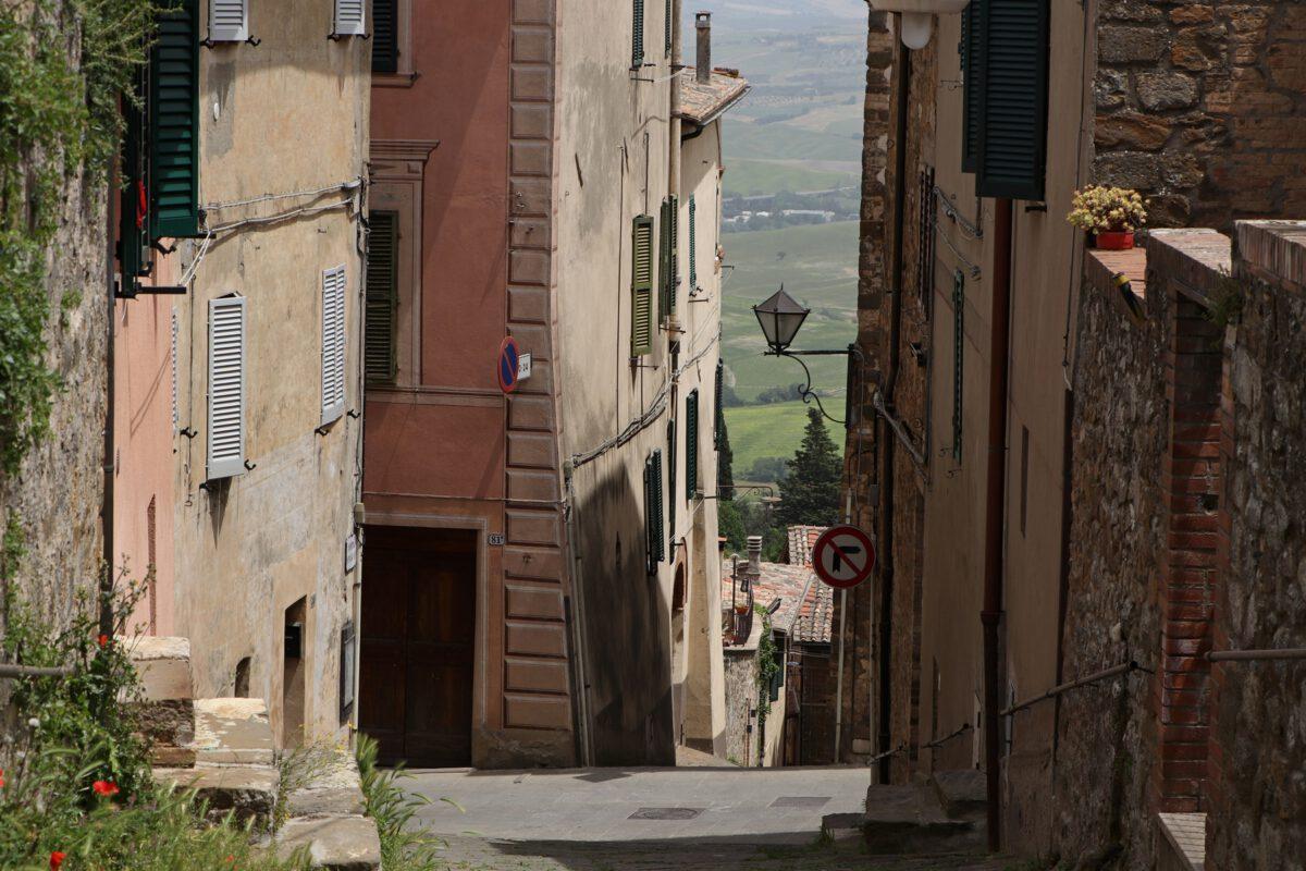 Gasse in Montalcino in der Toskana