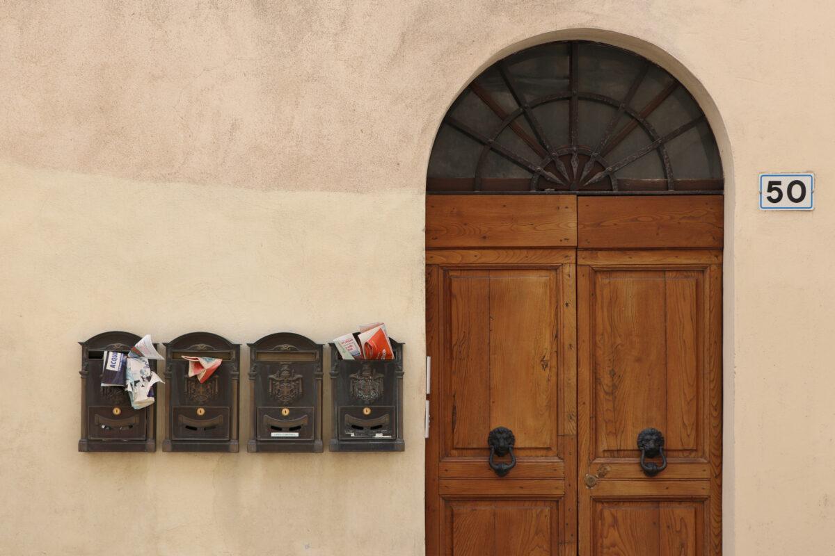 Tür mit Briefkästen in den Gassen von Montalcino in der Toskana