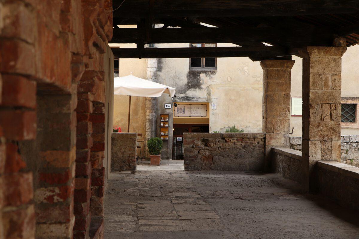Auf dem Dorfplatz von Bagno Vignoni in der Toskana