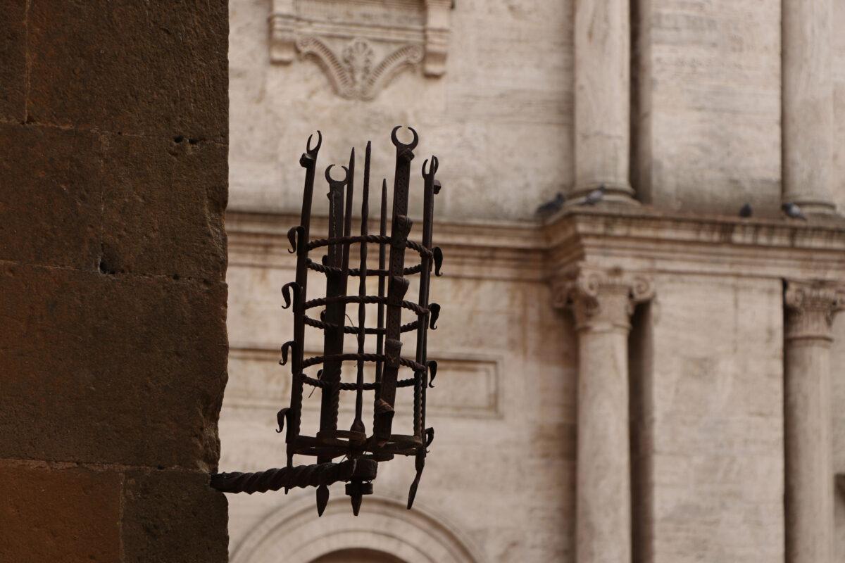 Laterne in der Altstadt von Pienza in der Toskana