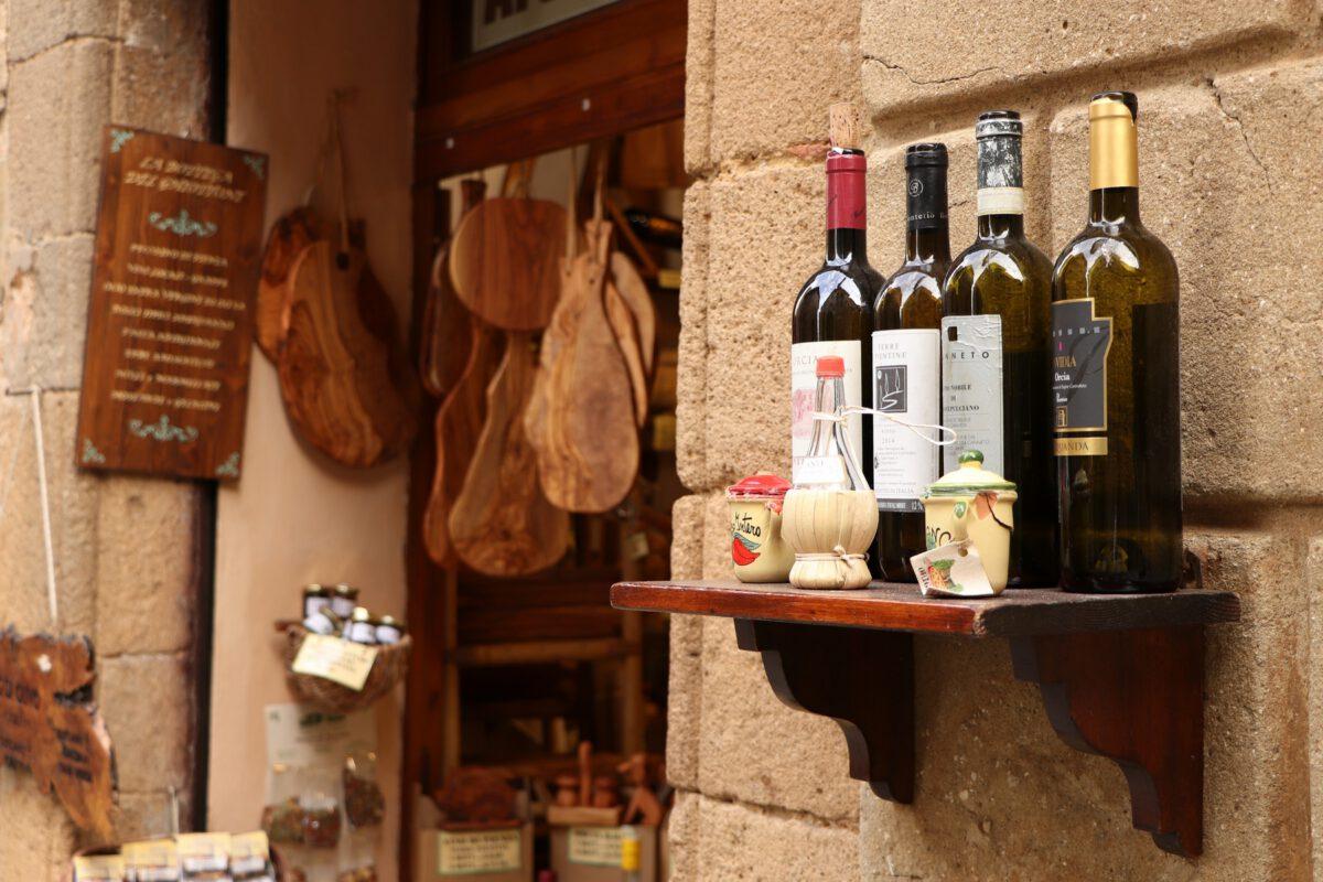 Weinflaschen in einem Laden in der Altstadt von Pienza in der Toskana