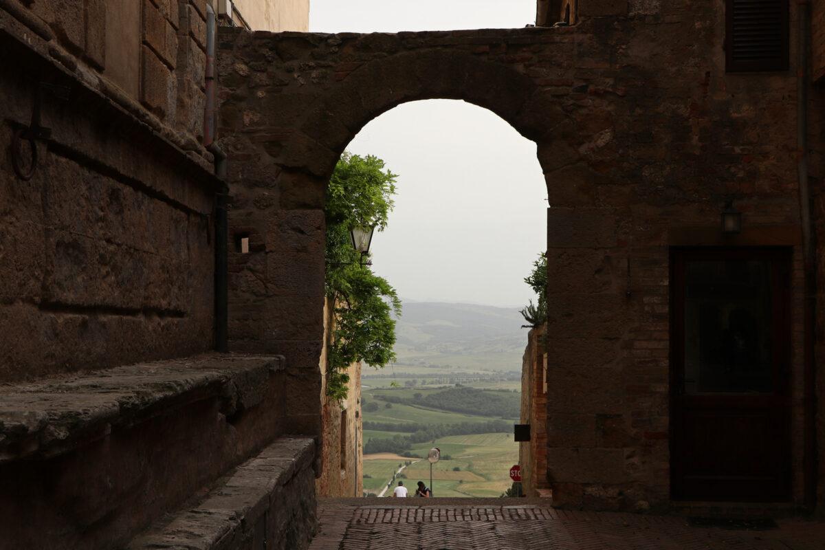 Torbogen mit Blick auf das Val d'Orcia in Pienza in der Toskana