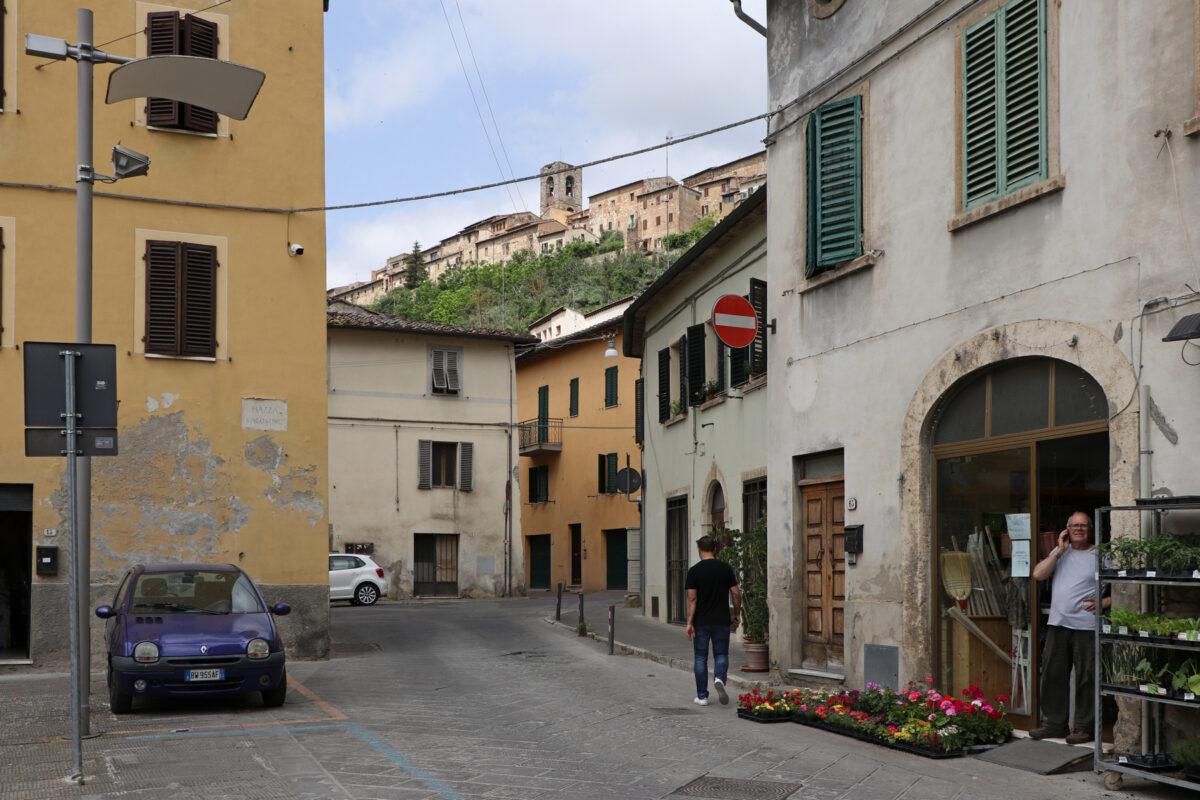 Blick von der Unterstadt auf die Altstadt von Colle di Val d'Elsa in der Toskana