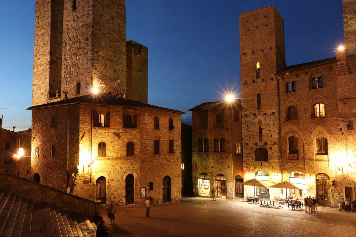 Der Hauptplatz von San Gimignano in der Toskana zur Blauen Stunde