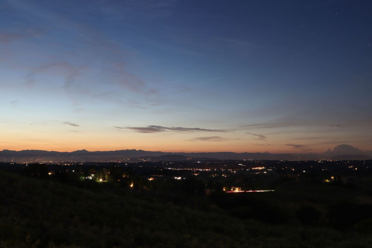 Landschaft in der Nähe von San Gimignano in der Toskana zur Blauen Stunde
